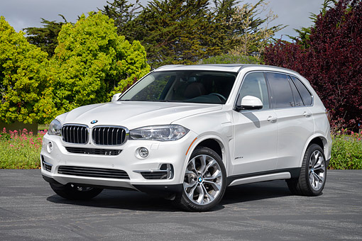 AUT 01 RK0369 01 © Kimball Stock 2016 BMW X5 xDrive40e Plug-In Hybrid White 3/4 Front View On Pavement By Trees