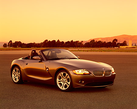 AUT 01 RK0157 05 © Kimball Stock 2003 BMW Z4 3.0i Convertible Gray 3/4 Front View On Pavement Sky