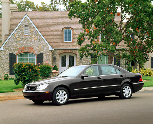 AUT 05 RK0160 01 © Kimball Stock 2000 Mercedes-Benz S500 Almandin Black 3/4 Side View On Pavement By House