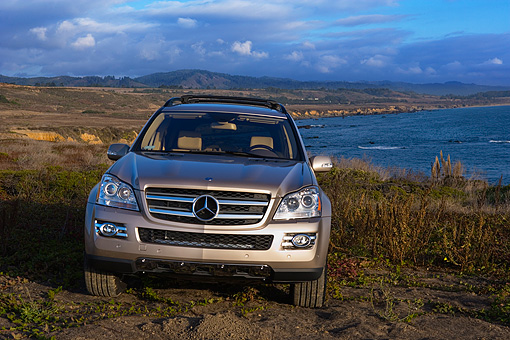 AUT 05 RK0523 01 © Kimball Stock 2007 Mercedes-Benz GL450 Silver Head On View On Dirt By Water