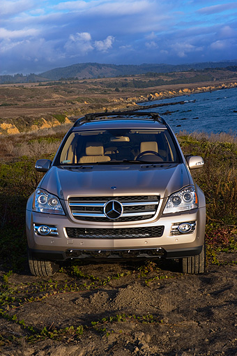 AUT 05 RK0524 01 © Kimball Stock 2007 Mercedes-Benz GL450 Silver Head On View On Dirt By Water