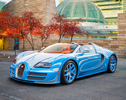 AUT 09 RK1361 01 © Kimball Stock Bugatti Veyron Vitesse L'or Blanc Blue One-Off Supercar 3/4 Front View By Building