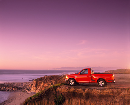 AUT 14 RK0032 03 © Kimball Stock 1999 Ford F150 Lariat with Triton V8 Red Profile On  Cliff At Dusk