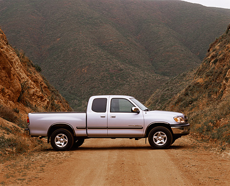 AUT 14 RK0150 02 © Kimball Stock 2000 Toyota Tundra 4x4 SR5 V8 Silver Profile On Dirt