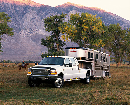 AUT 14 RK0292 09 © Kimball Stock 1999 Ford F450 White With 5th Wheel And Trailer 3/4 Front View By Trees