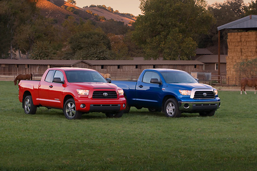 AUT 14 RK1274 01 © Kimball Stock 2007 Toyota Tundra Double Cab SR5 Red 2007 Toyota Tundra Single Cab SR5 Blue  On Grass