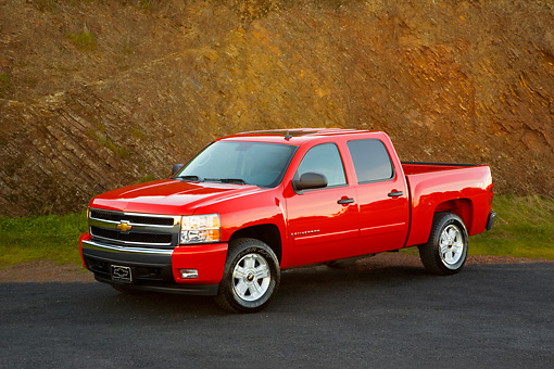 AUT 14 RK1319 01 © Kimball Stock 2007 Chevrolet Silverado 1500 2WD Crew Cab LT2 Red 3/4 Front View On Pavement