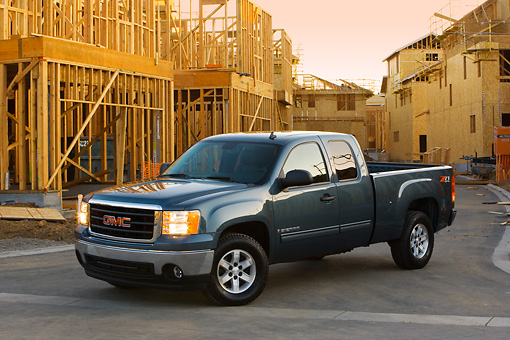 AUT 14 RK1326 01 © Kimball Stock 2007 GMC Sierra 1500 4WD Extended Cab SLE1 Gray 3/4 Front View By Construction Site