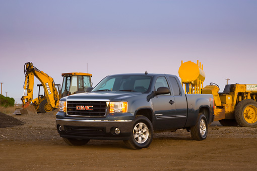 AUT 14 RK1330 01 © Kimball Stock 2007 GMC Sierra 1500 4WD Extended Cab SLE1 Gray 3/4 Front View By Construction Equipment