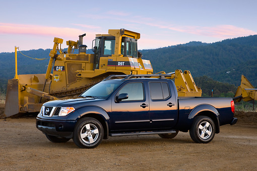 AUT 14 RK1371 01 © Kimball Stock 2008 Nissan Frontier Crew Cab LE Pickup Truck Blue 3/4 Front View By Earthmovers