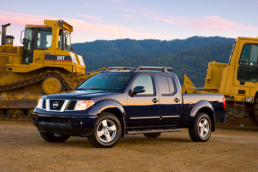 AUT 14 RK1376 01 © Kimball Stock 2008 Nissan Frontier Crew Cab LE Pickup Truck Blue 3/4 Front View By Earthmovers