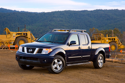 AUT 14 RK1377 01 © Kimball Stock 2008 Nissan Frontier Crew Cab LE Pickup Truck Blue 3/4 Front View By Earthmovers