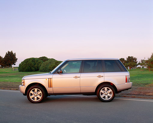 AUT 15 RK0754 02 © Kimball Stock 2004 Land Rover Range Rover HSE Silver Profile View On Pavement By Grass And Trees