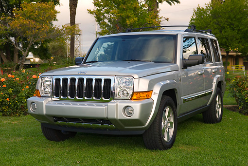 AUT 15 RK0922 01 © Kimball Stock 2006 Jeep, Commander, Limited, Silver 3/4 Front View On Grass