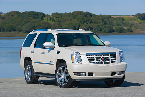 AUT 15 RK0958 01 © Kimball Stock 2007 Cadillac Escalade White 3/4 Front View On Pavement By Water And Trees
