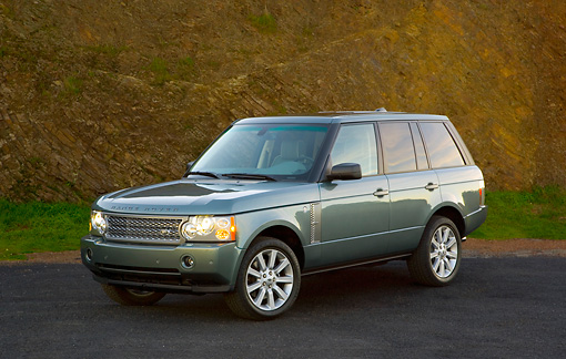 AUT 15 RK1103 01 © Kimball Stock 2007 Range Rover Supercharged Green 3/4 Front View On Pavement
