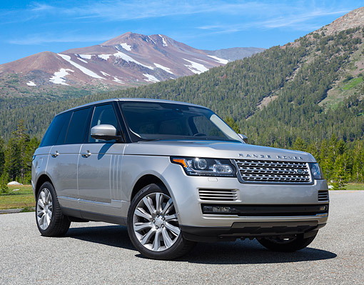AUT 15 RK1355 01 © Kimball Stock 2015 Land Rover Range Rover Supercharged Silver 3/4 Front View By Mountains