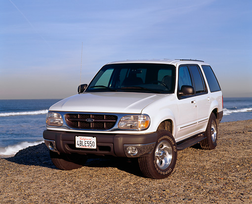 AUT 15 RK0155 03 © Kimball Stock 1999 Ford Explorer White Front 3/4 View On Gravel By Ocean