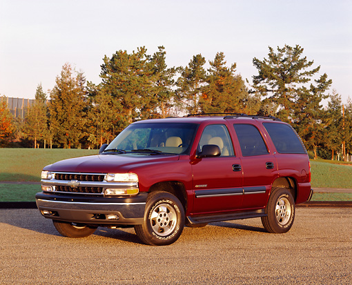 AUT 15 RK0274 08 © Kimball Stock 2000 Chevrolet Tahoe Burgundy 3/4 Front View On Pavement By Grass And Trees