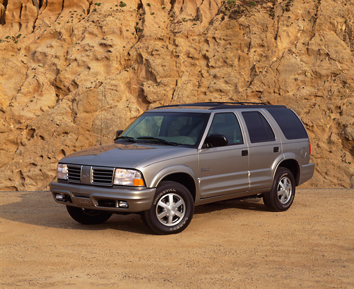 AUT 15 RK0290 03 © Kimball Stock 2000 Oldsmobile Bravada Pewter 3/4 Front View On Sand