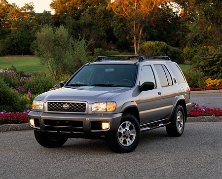 AUT 15 RK0346 03 © Kimball Stock 2001 Nissan Pathfinder SE 4x4 Silver 3/4 Front View On Pavement By Flowers And Trees