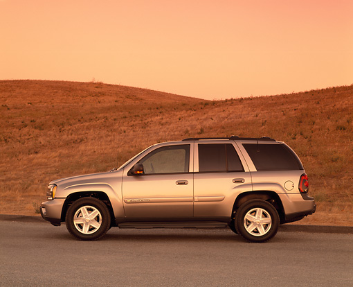 AUT 15 RK0534 01 © Kimball Stock 2002 Chevrolet Trailblazer LTZ 4WD Pewter Profile View On Pavement By Dry Grass Hill Filtered