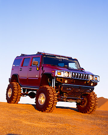 AUT 15 RK0649 01 © Kimball Stock 2003 Hummer H2 Burgundy 3/4 Front View On Dirt Blue Sky