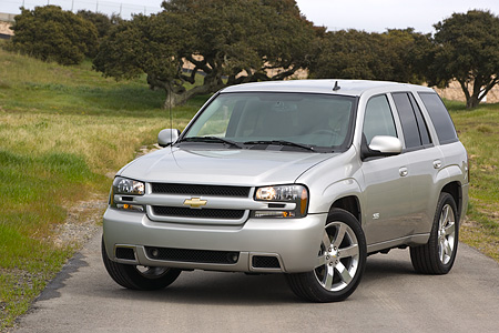 AUT 15 RK0959 01 © Kimball Stock 2006 Chevrolet Trail Blazer SS Silver 3/4 Front View On Pavement By Grass And Trees