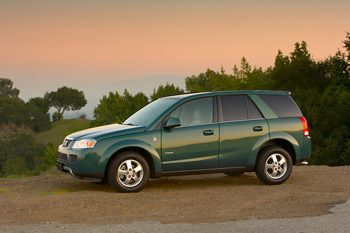 AUT 15 RK1077 01 © Kimball Stock 2007 Saturn Vue Hybrid Green 3/4 Front View On Dirt