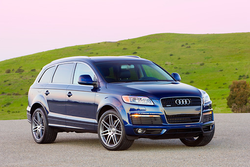 AUT 15 RK1187 01 © Kimball Stock 2008 Audi Q7 4.2 Premium Blue 3/4 Front View By Grass Hill