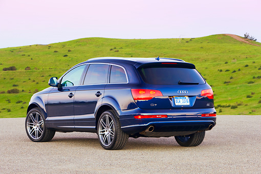 AUT 15 RK1188 01 © Kimball Stock 2008 Audi Q7 4.2 Premium Blue 3/4 Rear View By Grass Hill