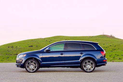 AUT 15 RK1189 01 © Kimball Stock 2008 Audi Q7 4.2 Premium Blue Profile View By Grass Hill