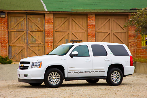 AUT 15 RK1191 01 © Kimball Stock 2008 Chevrolet Tahoe Hybrid SUV White 3/4 Front View By Garage