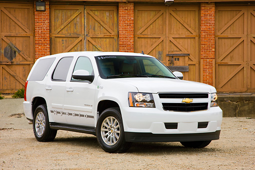 AUT 15 RK1192 01 © Kimball Stock 2008 Chevrolet Tahoe Hybrid SUV White 3/4 Front View By Garage