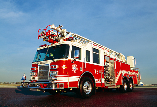 AUT 16 RK0055 02 © Kimball Stock 2002 Pierce Quint Firetruck 2000 GPM Pumper 85' Ladder On Pavement Blue Sky