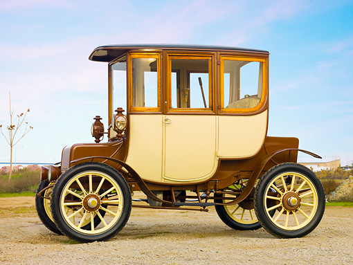 AUT 17 RK0188 01 © Kimball Stock 1909 Rauch & Lang Electric Brougham Brown And Cream Profile View On Gravel