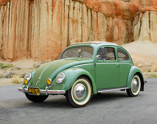 AUT 21 RK3757 01 © Kimball Stock 1952 Volkswagen Beetle 11G Split-Window Sun Roof Green 3/4 Front View By Cliff