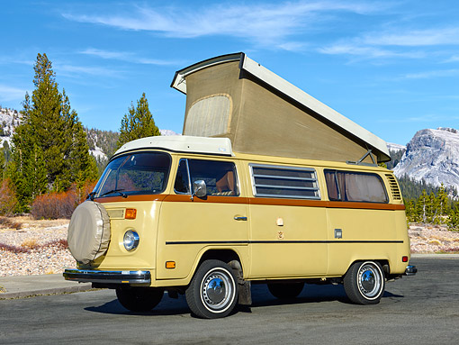 AUT 23 RK3540 01 © Kimball Stock 1974 Volkswagon Westfalia Dakota Beige Profile View On Pavement