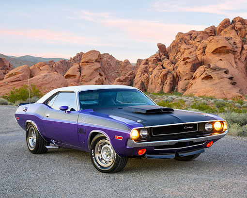 AUT 23 RK3746 01 © Kimball Stock 1970 Dodge Challenger T/A 340 Six Pack White And Plum 3/4 Front View In Desert