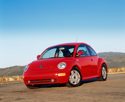 AUT 25 RK1100 06 © Kimball Stock 1999 Volkswagen New Beetle Turbo Red Slanted 3/4 Front View On Pavement