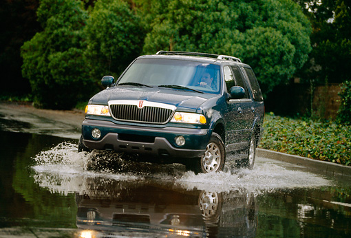 AUT 29 RK0099 03 © Kimball Stock 1998 Lincoln Navigator Green 3/4 Front View On Road In Motion