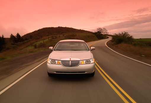 AUT 29 RK0084 10 © Kimball Stock 1998 Lincoln Town Car Silver Head On View On Road In Motion