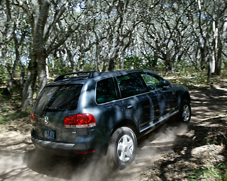 AUT 29 RK0663 01 © Kimball Stock 2004 Volkswagen Touareg Blue On Dirt Road In Motion