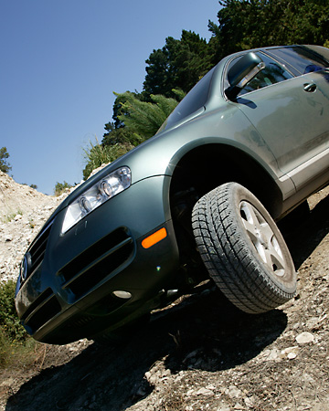 AUT 29 RK0665 01 © Kimball Stock 2004 Volkswagen Touareg Green On Rocks In Motion