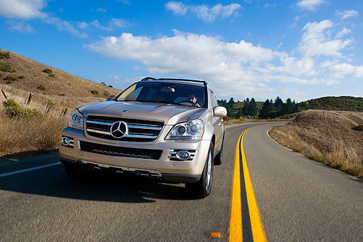 AUT 29 RK1187 01 © Kimball Stock 2007 Mercedes-Benz GL450 Silver Low 3/4 Front View On Road In Motion