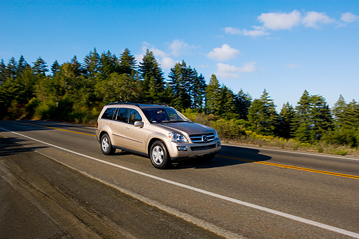 AUT 29 RK1188 01 © Kimball Stock 2007 Mercedes-Benz GL450 Silver 3/4 Side View On Road In Motion