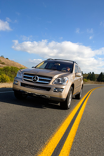 AUT 29 RK1190 02 © Kimball Stock 2007 Mercedes-Benz GL450 Silver Low 3/4 Front View On Road In Motion