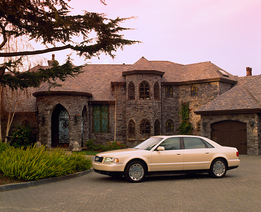 AUT 33 RK0238 01 © Kimball Stock 2000 Audi A8 L 4.2 Quattro Pearlscent White 3/4 Side View On Driveway By House