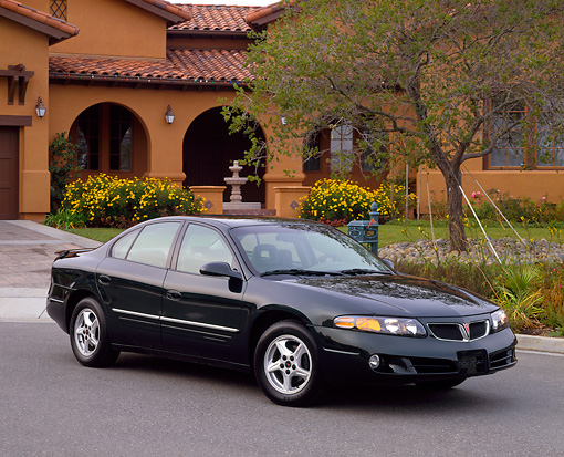AUT 35 RK0077 08 © Kimball Stock 2002 Pontiac Bonneville SE Green 3/4 Front View On Pavement By House
