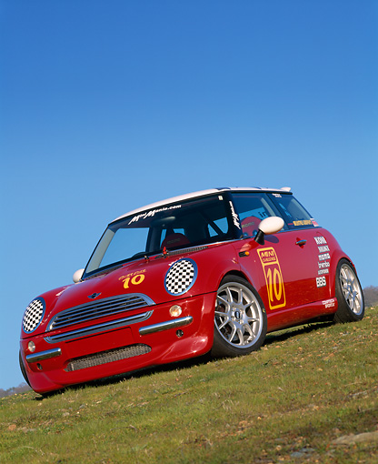AUT 35 RK0133 17 © Kimball Stock 2002 Mini Mania Mini Cooper Red Slanted 3/4 Front View On Grass Hill